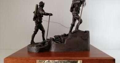 Издигат паметник на Ървин и Мелъри по случай 100-годишнината от изчезването им на Еверест