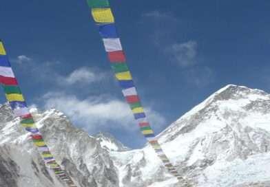 непалски флагове в базов лагер на еверест