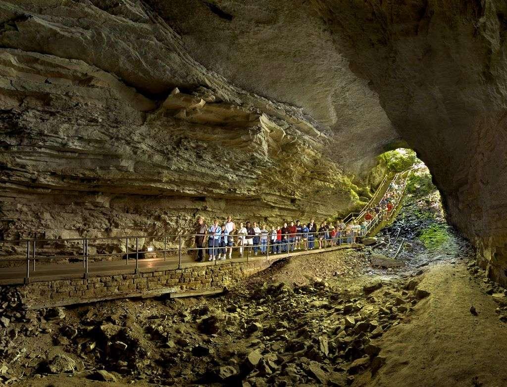 входът на мамонтовата пещера, сащ